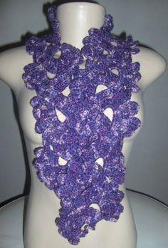 Cachecol em crochet feito em crochet com fio sedificado em tom sobre tom de roxo, acompanha broche de flor em crochet. R$ 39,90