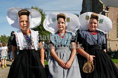 Zuid-Bevenlandse dracht (2 meisjes rechts); Arnemuiden (meisje links)