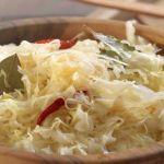 Krakovský sýrový salát se hodí jako příloha k obědu nebo lehká večeře. Stačí jen pár surovin a máte doma poklad! - Potato Salad, Cabbage, Potatoes, Vegetables, Ethnic Recipes, Potato, Cabbages, Vegetable Recipes, Brussels Sprouts