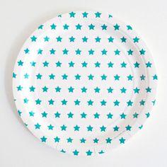 des assiettes aux étoiles bleues pour une fête d'anniversaire magique