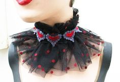 The Accessory Finder: Queen of Hearts Victorian Clown Collar.- The Accessory Finder: Queen of Hearts Victorian Clown Collar by satanica on Etsy The Accessory Finder: Queen of Hearts Victorian Clown Collar by satanica on Etsy - Red Queen Costume, Queen Of Hearts Costume, Disney Halloween, Halloween Diy, Halloween Makeup, Alice Costume, Circus Costume, Lizzie Hearts, Costume Carnaval