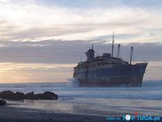 Navio abandonado em Fuerteventura, ilha das Canárias.
