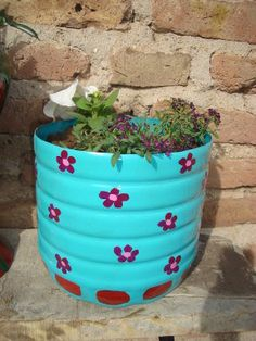 MASETAS CON BIDONES DE AGUA Diy Bottle, Plastic Pots, Recycle Plastic Bottles, Bottle Crafts, Reuse Bottles, Recycle Cans, Diy Recycle, Diy Flowers, Flower Pots
