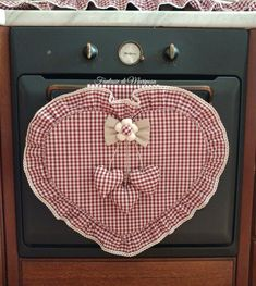 Country chic heart cover- Copriforno cuore country chic Country chic heart cover – For the home and for you – Kitchen – by … Yellow Kitchen Curtains, Felt Crafts, Diy And Crafts, Curtains With Blinds, Country Chic, Couture, Sewing Projects, Decorative Plates, Shabby Chic