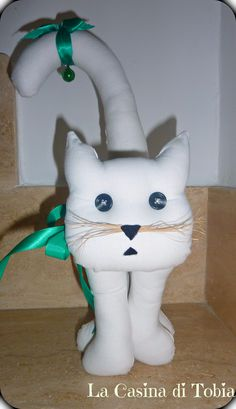 Gatto bianco in stoffa con nastro verde. visita http://lacasinaditobia.blogspot.com