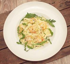 Pasta met garnalen en citroen-roomsaus; een fris en creamy pasta gerecht. Extra lekker met versgebakken brood om de saus mee te dippen.