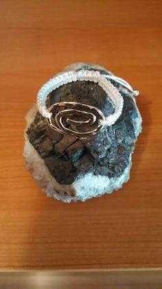 Pulsera hecha con zamak y macrame