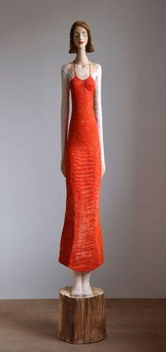 Rotes Kleid, Linde, Pigment, 2010, 190 cm