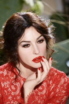 Monica Bellucci Beautiful in Dolce & Gabbana Classic Cream Lipstick Ad Dolce & Gabbana, Classic Beauty, Timeless Beauty, True Beauty, She's A Lady, Italian Actress, Italian Beauty, Actrices Hollywood, Most Beautiful Women