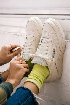 Reebok UO Exclusive Club C 85 Vintage Sneaker, .- Reebok UO Exklusiver Club C 85 Vintage Sneaker , Reebok UO Exclusive Club C 85 Vintage Sneaker, - Urban Outfitters Outfit, Ropa Urban Outfitters, Sneaker Outfits, Sneakers Fashion Outfits, Fashion Shoes, Fashion Belts, Sneaker Boots, Vintage Sneakers, Retro Sneakers