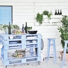 23 Super smart ideas to turn old pallets into functional garden furniture - Pallet Furniture Diy Diy Pallet Furniture, Diy Pallet Projects, Furniture Making, Garden Furniture, Home Projects, Outdoor Furniture Sets, Furniture Ideas, Furniture Vintage, Pallet Ideas