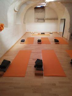 tapis de yoga, blocs, coussins, couvertures, bougie, salle de yoga, rue de la loge 6, 2300 La Chaux-de-Fonds, Suisse #banyann #yoga #meditation #bienetre Logs, Rue, Conference Room, Furniture, Home Decor, Whitewash, Switzerland, Cushions, Candle