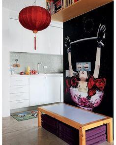 Descendente de chineses, o arquiteto Alan Chu escolheu a mesa baixa para as refeições. Sobre ela, fica uma obra de arte também oriental.