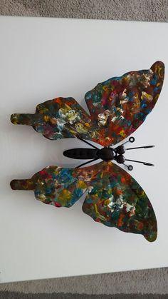 """Knutselwerkje van zoontje.  Een """"saaie"""" Action vlinder gebruiken, het lijfje afplakken en de vleugels beschilderen. Daarna aflakken met banke lak (en gebruik een spuitbus en lak een keer of 3) staat heel mooi in de tuin."""