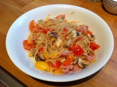 Noodles with fried onions, peppers, mushrooms, garlic, ham and tomatoes. Mixed with sweet chilli sauce.