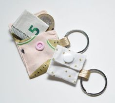 * Instructions * Sew the chip and mini bags- *Anleitung* Chip- und Mini-Täschchen nähen Instructions for a chip and mini-bag - Diy Sewing Projects, Sewing Projects For Beginners, Sewing Tutorials, Sewing Hacks, Sewing Tips, Upcycled Crafts, Diy Crafts To Sell, Date Photo, Diy Bags No Sew