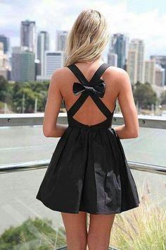 Un lazo en la espalda muy sensual #moda me gusta mucho esta ropa por que es muy femenina y es muy para  una cita o para salir de dia a tomar un cafe por eso esta muy bueno este vestido