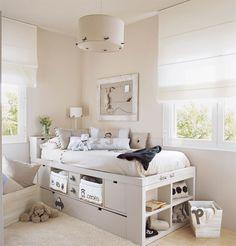 00213344. Dormitorio infantil en azul y gris claro con una cama elevada con cajones_00213344