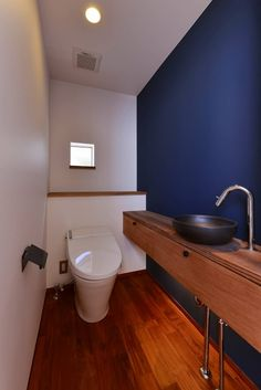 トイレ: 祐建築設計事務所が手掛けた浴室です。 Bathroom Toilets, Washroom, Small Bathroom, Black Bathtub, Muji Home, Toilet Room, Toilet Design, Japanese Interior, Room Tiles