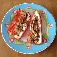 Lekker voor of bijgerecht: zoete puntpaprika met geitenkaas, pijnboompitten en Italiaanse kruiden uit de oven