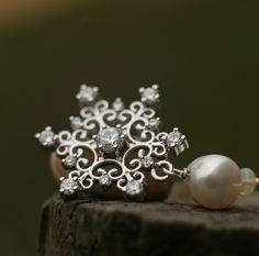 Snehové vločky Nežné trblietavé náušničky s iskryvými vločkami. Vyrobené sú z korálok bielych riečnych perál (8mm), etiópskeho opálu 3mm a krásnej snehovej vločky posiatej zirkónmi. Háčik a nit s korálkami je handmade z 925 striebra. Snehová vločka je komponent so zirkónmi (CZ), postriebrený 925 striebrom. Celková dĺžka je 7cm. Stud Earrings, Crown, Jewelry, Fashion, Moda, Corona, Jewlery, Jewerly, Fashion Styles