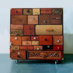 Ladenkast met 28 verschillende laatjes. Een gedeelte van de laatjes komt uit andere kasten. Ieder laatje is anders. Deze kast is gemaakt voor een reminiscentieproject in de wijk Lombok. De laden, die allemaal verschillend zijn werden gevuld met voorwerpen die voor de deelnemende ouderen verbonden waren aan een persoonlijk verhaal.