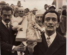 Salvador Dali et le peintre Mathieu portant une baguette de 12 mètres de long à la Foire de Paris, 12 mai 1958