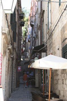 Kapeille kujille kannatta puikahtaa etsimään pieniä puoteja ja ravintoloita. Expore narrow alleys and find lovely shops and restaurants. #Dubrovnik