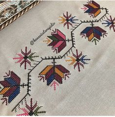 Hand Embroidery Design Patterns, Cross Stitch Art, Bargello, Baby Blanket Crochet, Bohemian Rug, Knots, Pattern Design, Table Decorations, Handmade