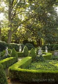 Formal garden layout with beautiful trimmed hedges Boxwood Garden, Boxwood Hedge, Formal Gardens, Modern Gardens, Japanese Gardens, Small Gardens, Small Backyard Landscaping, Backyard Ideas, Garden Signs