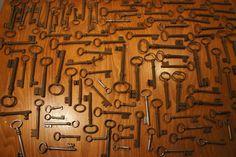 Gros lot de 102 clefs anciennes clés antique keys