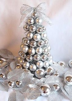 How to Make a Christmas Bulb Tree~ Love the addition of the silver leaves. Lovely touch.