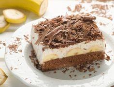 Für die Bananenschnitten die Eier mit Zucker und Vanillezucker schaumig schlagen. Mehl mit Kakao und Backpulver vermischen und locker unterheben,
