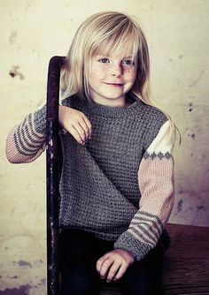 75a4a35c36a4 Strikket sweater i tre flotte farver med striber Barnet