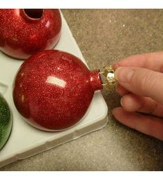 Como decorar bolas de Natal com glitter passo a passo