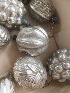 Silver walnuts in shell... natural items sprayed in silver and then rubbed down with brown tint to antique?princessgreeneye: kleiner Tip - glänzende Wirkung............