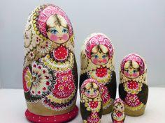 www.matrioskas.es Russische Schachtelpuppen - matroschkas Russian Dolls- Matryoshkas and babushkas. Typical Russian, Matryoshka Doll, Pretty Dolls, Palm Beach Sandals, Adult Coloring, Unique Gifts, Patterns, My Style, Painting