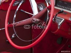 Rotes Lenkrad und rotes Interieur eines amerikanischen Cabriolets der Sechzigerjahre in Wettenberg Krofdorf-Gleiberg