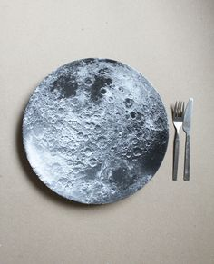 Stop eating on those boring, earthly dinner plates and jazz up the dinner table with these Moon plates. Gadgets, Soft Grunge, Dinner Table, Dinner Plates, Decoration, Astronomy, Cool Designs, Sweet Home, Geek Stuff