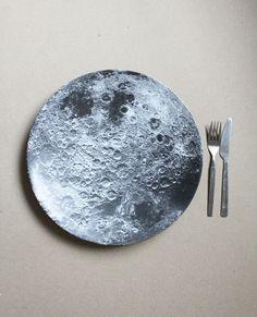 Moon plate-- on pour mon ptit monstre qui trippe sur la lune  :P