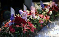 Kaunis kukka-asetelma kruunaa joulun juhlapöydän!