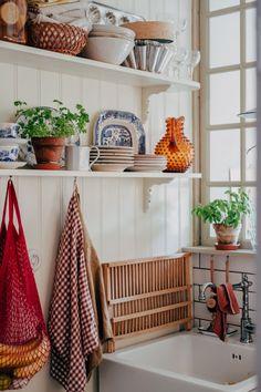 Hemma hos mig – www. Apartment Kitchen, Apartment Living, Kitchen Interior, Room Inspiration, Interior Inspiration, Kitchen Redo, Kitchen Remodel, Compact Living, Living Styles