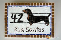 N�mero residencial em mosaico com tema de cachorro. Mosaico de pastilhas, resistente ao tempo. Fazemos outras ra�as, sob consulta. <br> <br>Tam: 25cmx35cm <br> <br>Pode ser feita tamb�m com moldura de ferro e em MDF (para �reas internas) <br> <br>Fazemos em outros tamanhos e tamb�m nomes de lojas, de ruas, n�mero de cep, etc.