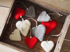 Käsin taiottu: 10. luukku, huopakoristeet Felt Christmas Ornaments, Christmas Crafts, New Crafts, Crafts For Kids, Needle Felting Tutorials, Felt Brooch, Felt Diy, Valentine Crafts, Sewing Patterns Free