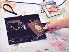 Un étui à passeport familial Filabil inspiré de BB Jetlag Gadgets, Tote Bag, Parents, Sew, Blog, Passport, Wayfarer, Coin Purses, Wallet