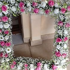 Γιρλάντα με άσπρα ροζ τριαντάφυλλα Altar, Russia, Floral Wreath, Gardening, Diy Crafts, Wreaths, Home Decor, Mirror, Colors