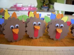 Great name cards for Thanksgiving ---> these look like little treat bags!! Add the turkey to the paper bag and fill with candy!