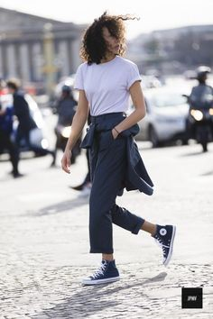 White t-shirt black trousers and converse boots- A fashion style. Style Casual, Cool Style, My Style, Street Style Blog, Street Style Women, Converse Boots, Fashion Couple, Monochrom, Black Trousers