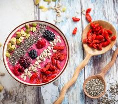 Breakfast berry smoothie bowl topped with goji berries,raspberry, blackberry, pumpkin, sunflower and chia seeds. Apple Smoothies, Yummy Smoothies, Chia Seed Diet, Chia Seeds, Hemp Seeds, Sunflower Seeds, Superfoods, Smoothie Bol, Smoothie Detox