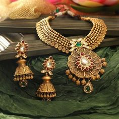 Bridal Earrings Vintage Style its gold Indian earrings with drop out and with beautiful heavy gold necklace Tags: Earring Bridal Earrings, Bridal Jewelry, Manubhai Jewellers, Gold Jewellery Design, Gold Jewelry, India Jewelry, Antique Jewelry, Resin Jewellery, Gold Necklaces